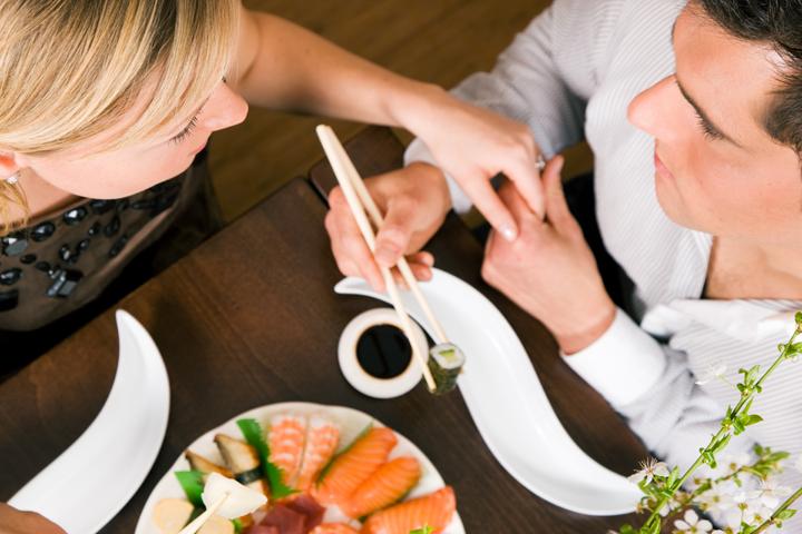 par-na-romanticke-veceri-se-sushi-720